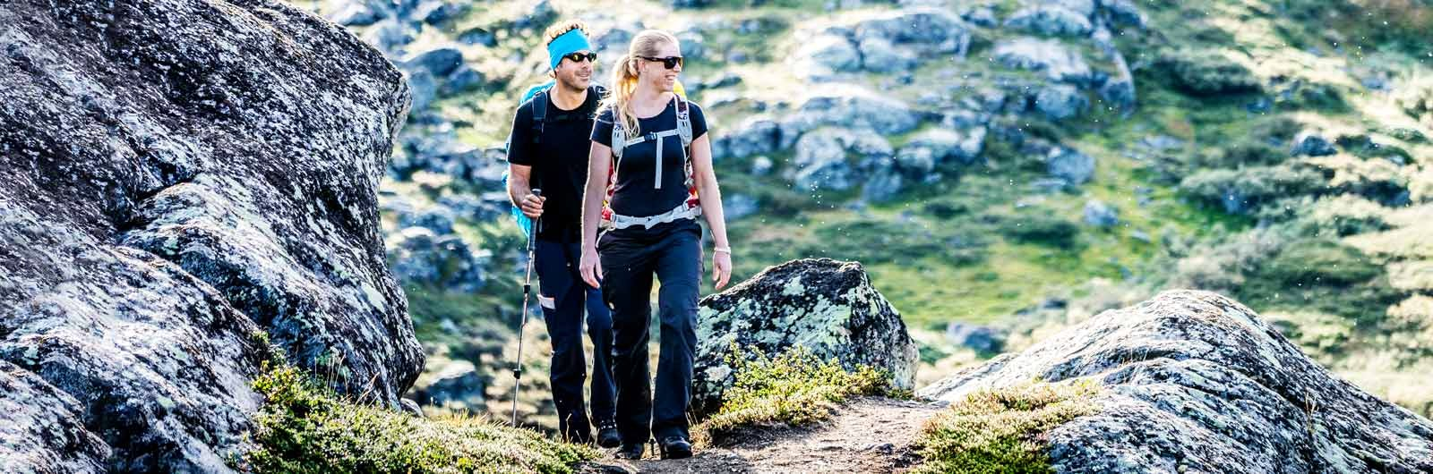 Hikers walking between Sälka and Singi