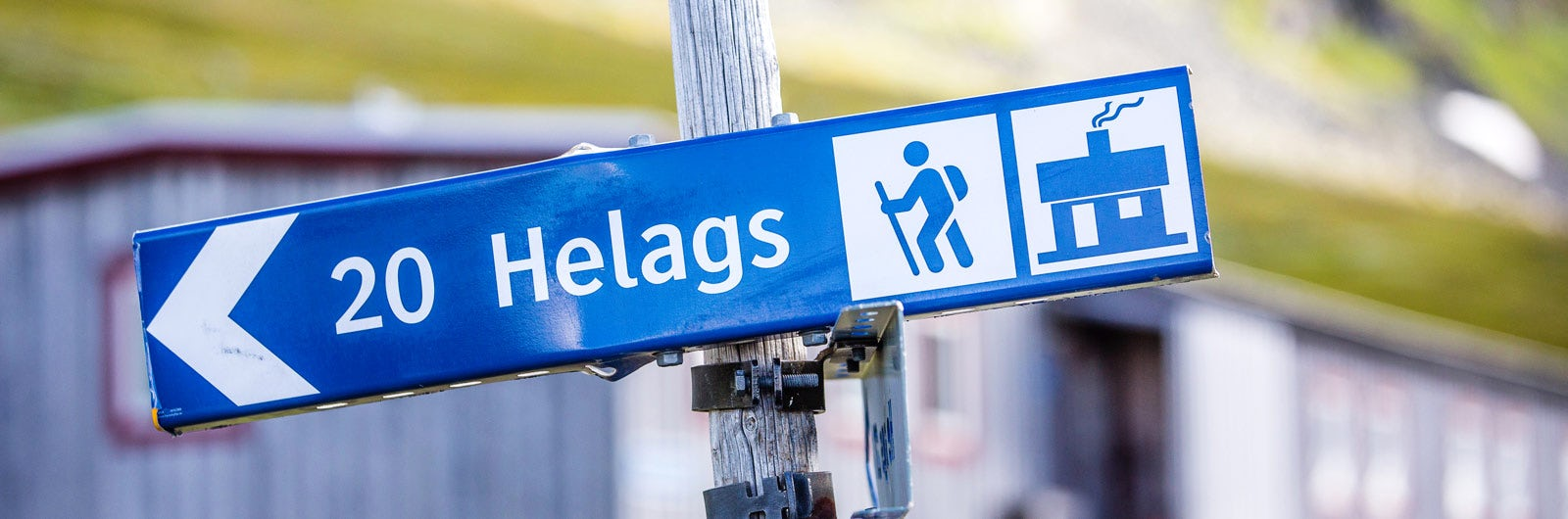 Blue sign pointing towards Helags